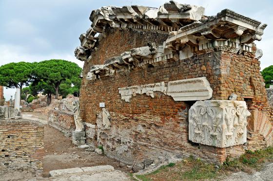 Tempio di Roma e Augusto ad Ostia Antica [Foto: Dennis Jarvis | (CC BY-SA 2.0)]