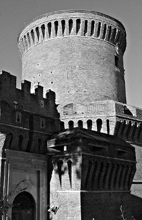 Nel 1483, sotto il pontificato di Sisto IV, il vescovo di Ostia cardinale Giuliano della Rovere, futuro papa Giulio II, iniziò la costruzione del castello di Ostia, completato nel 1486 con papa Innocenzo VIII. Il fortilizio inglobò la più antica torre circolare, edificata nel 1423-24 da papa Martino V Colonna, che divenne il mastio della nuova costruzione.