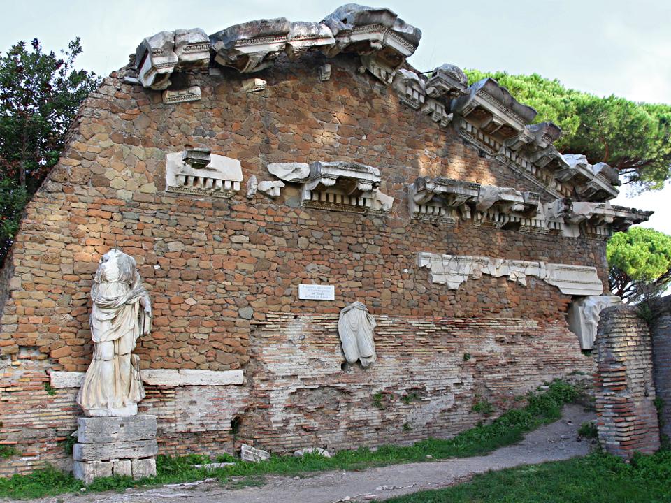 Muro con frammenti marmorei