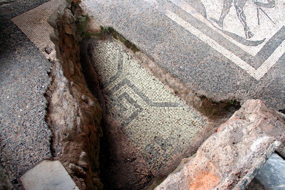 Mosaico sopra mosaico, Caupona di Alexander e Helix [Klaus Heese]